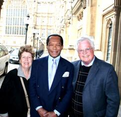 Ο δημοσιογράφος Dan Wooding με τη σύζυγό του και τον Taylor